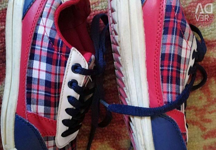 Παπούτσια μεγέθους 32-33