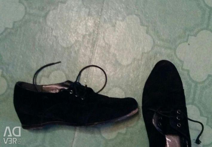 Suedeți pantofii pe o pană.