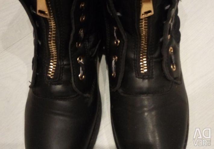 Οι μπότες πέφτουν