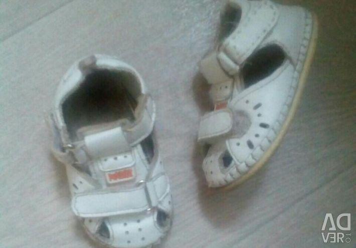 Sandalele sunt albe