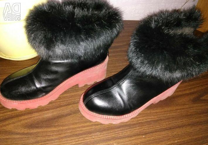 Cizme și cizme din gleznă.
