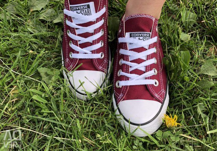 Τα πάνινα παπούτσια συνομιλούν με όλα τα μαύρα αστέρια