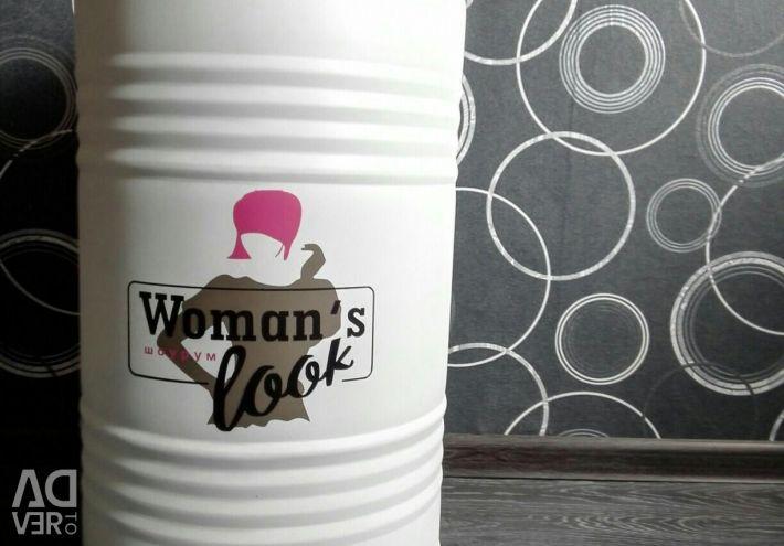 Βαρέλι σχεδιαστών με λογότυπο για τον εκθεσιακό χώρο