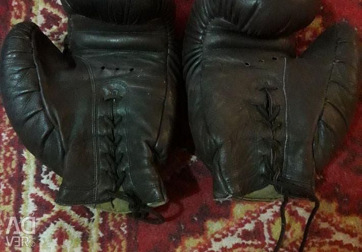 Mănuși de box folosite.
