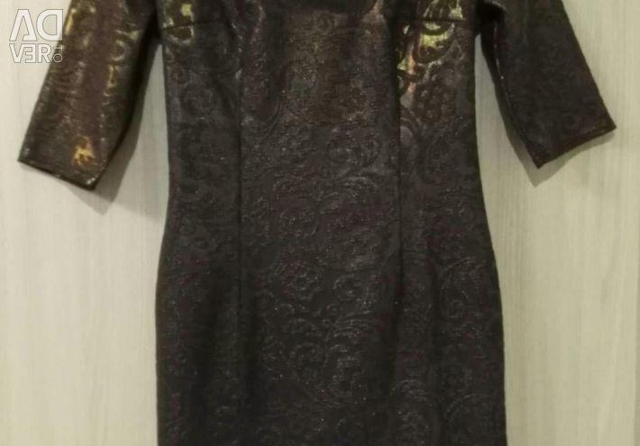 Πουλάω ένα νέο φόρεμα.