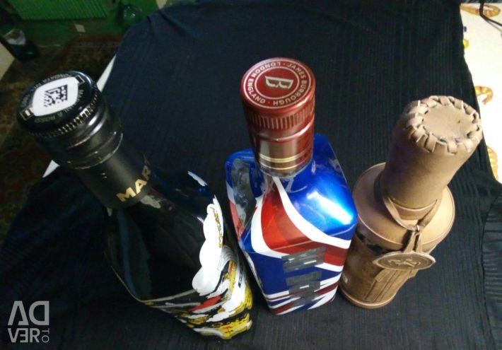 Пустые бутылки от алкоголя.