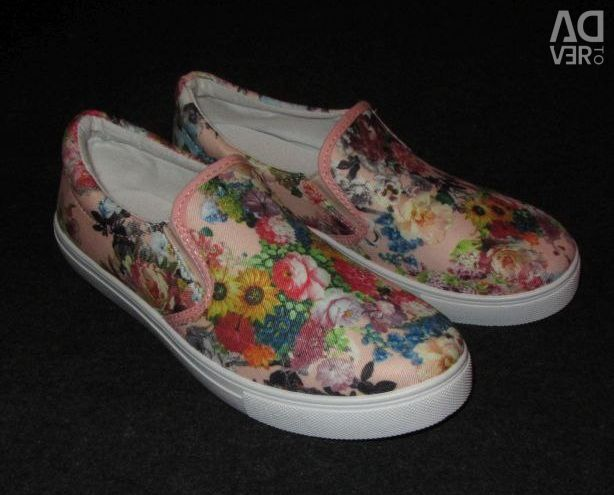 NEW fashionable slip-on sneakers