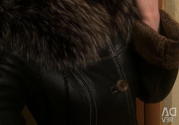 Bir başlık ile doğal koyun derisi ceket