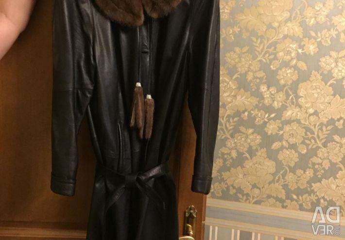 Îmbrăcăminte din piele ușoară cu nurcă