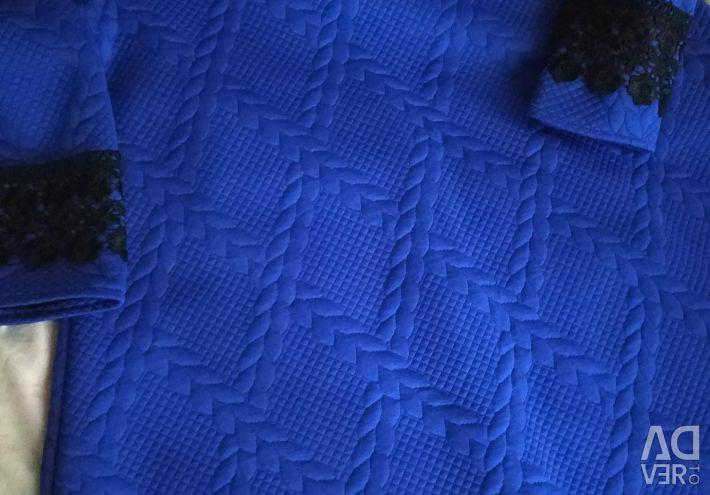 Το φόρεμα είναι μπλε με δαντέλα σελ.44-46