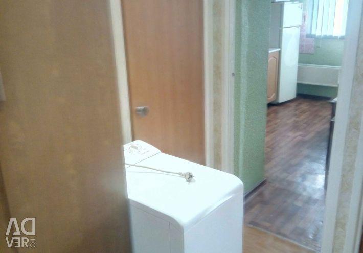 Închiriez un apartament cu o cameră, blocul 8.