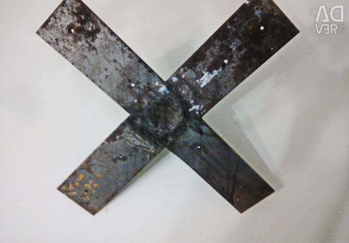 Crosspiece for a Christmas tree made of metal.