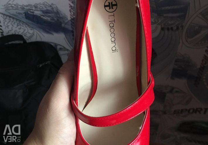 Pantofi roșii noi