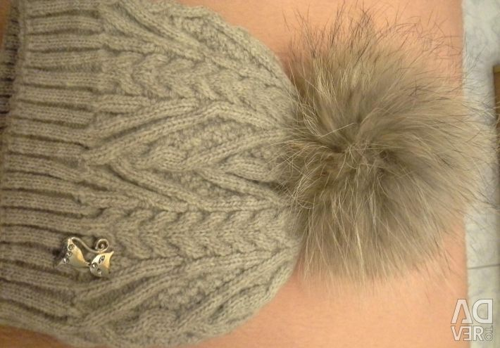 Pompom large gray on the cap