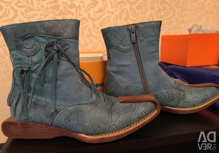 Children's boots, leather and suede