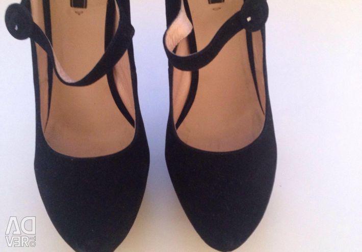 Τα παπούτσια φυσικό σουέτ χρησιμοποιείται μερικές φορές