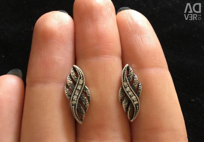 Ασημένια σκουλαρίκια.