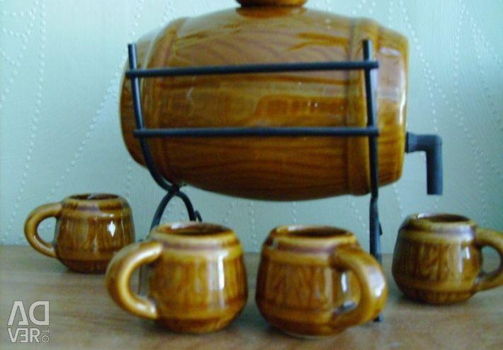 Сувенирный пивной бочонок с четырьмя кружками.