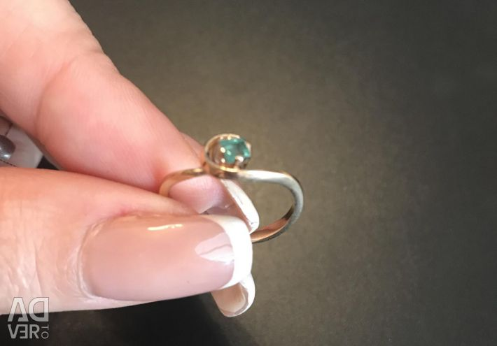 Ring gold with square pure emerald.