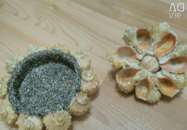 Шкатулка з морських черепашок і камінчик.