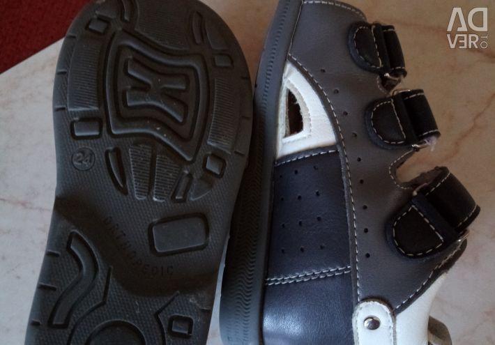 Vând cizme ortopedice