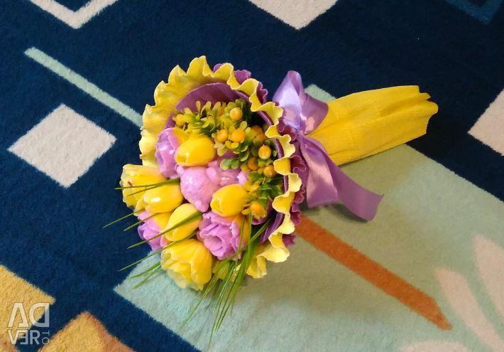 Un buchet de flori de săpun cu un urs.