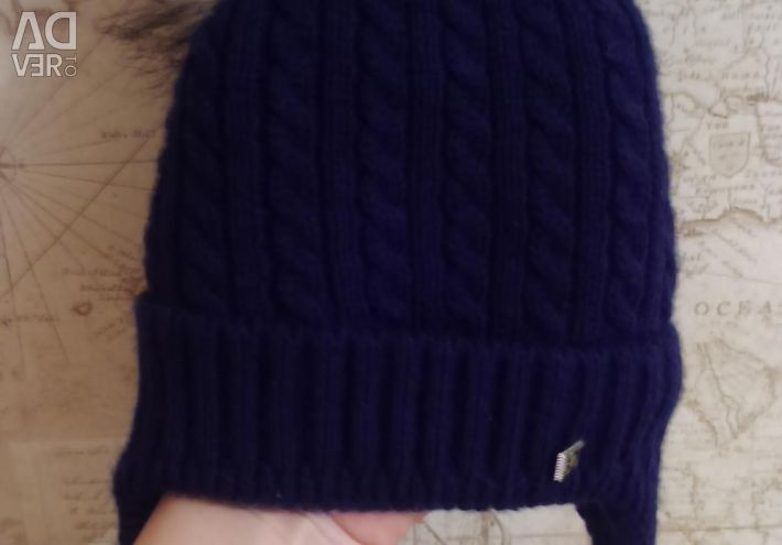 Gaping hat with pompom