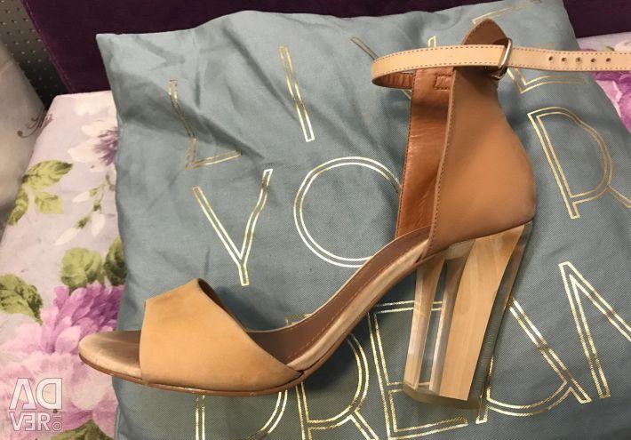 Μόνο παπούτσια υψηλής ραπτικής με διάφανο τακούνι