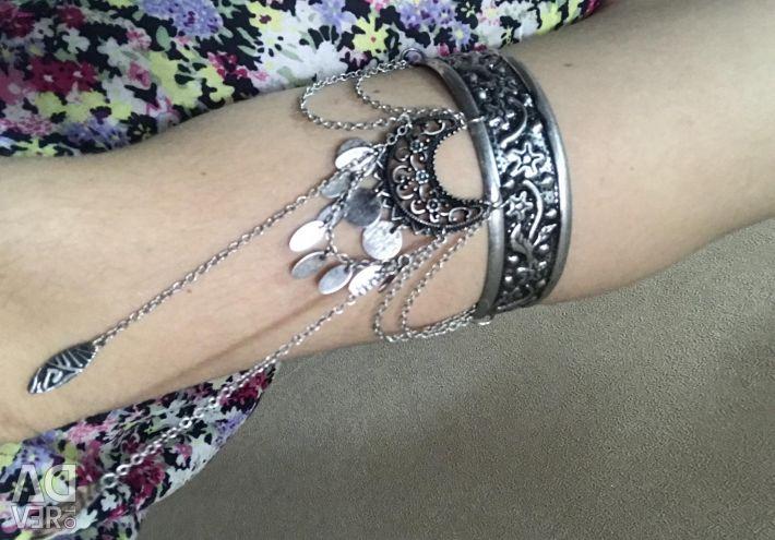 Shoulder bracelet
