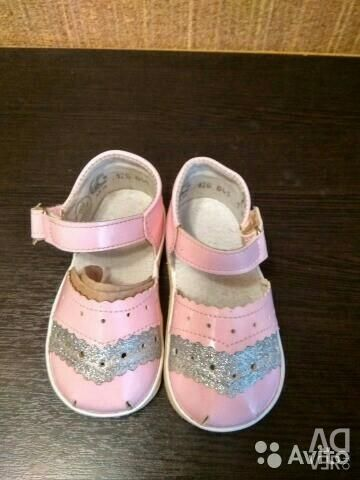 Noi sandale pentru fată
