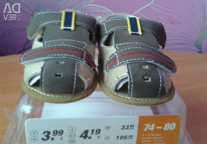 Sandale noi d / m 6-12 luni.