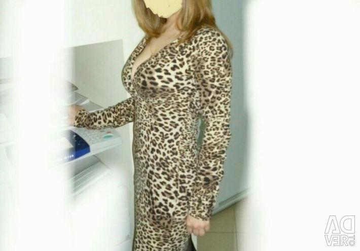 Эффектное леопардовое платье