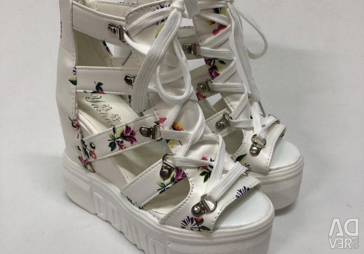 Sandals White στην πλατφόρμα