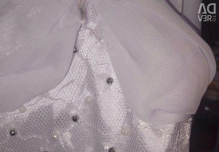 Το φόρεμα είναι λευκό κομψό Πρωτοχρονιάς.