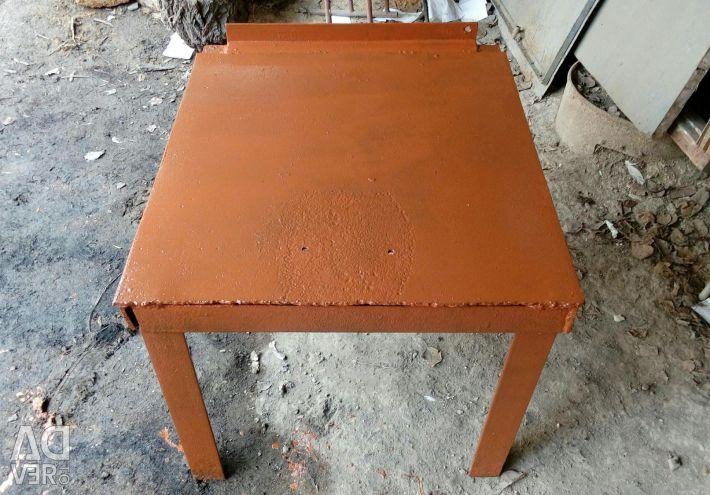Масивний залізний стіл
