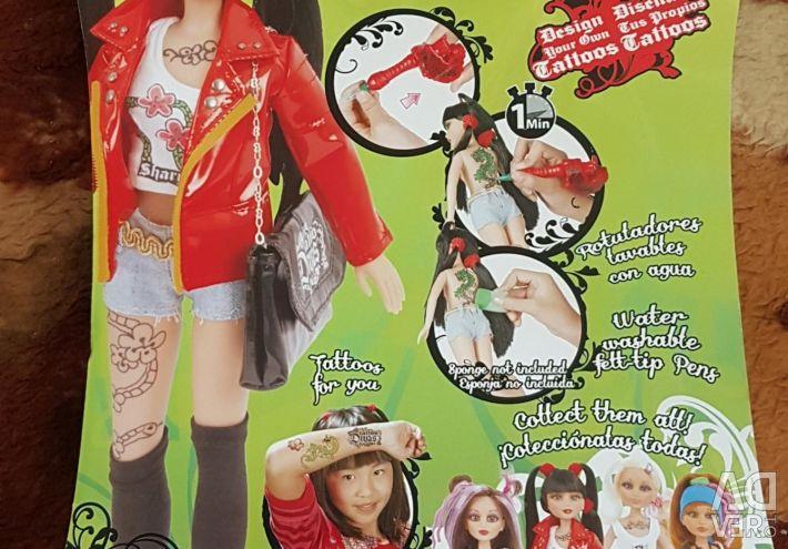 Κούκλα με αξεσουάρ και συσκευή τατουάζ