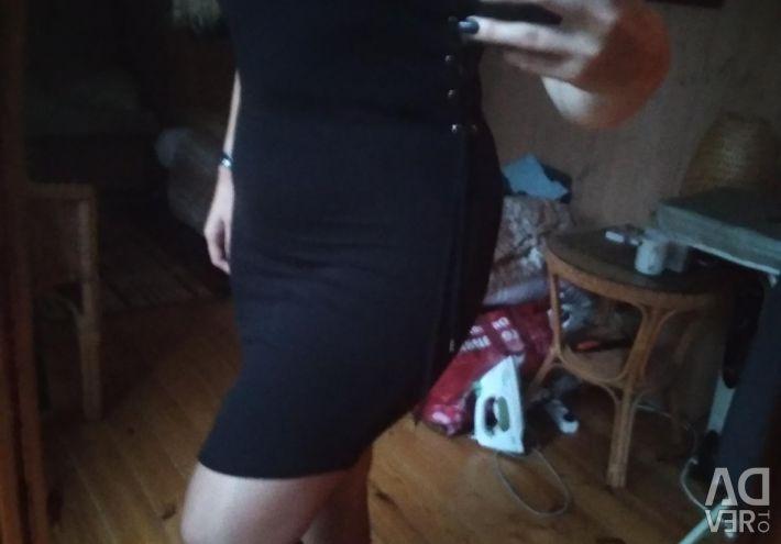 Yanlarında bağlama ile elbise
