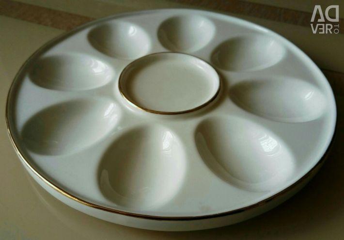 Yumurta atıştırmalıkları servis etmek için bir yemek.