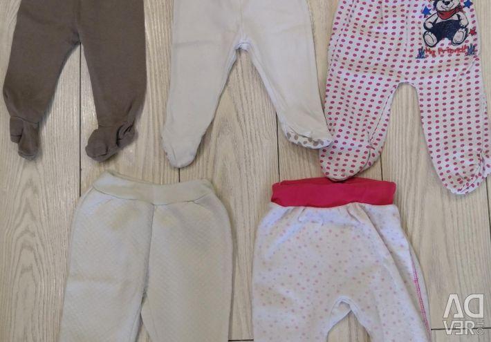 0-3 aylık bir kız için kıyafetler.