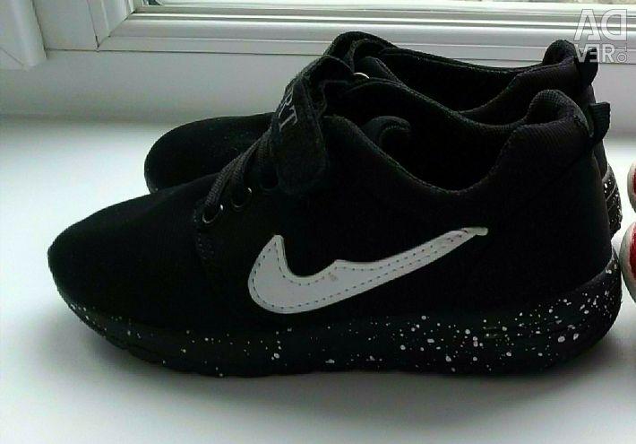 Çocuk spor ayakkabısı.
