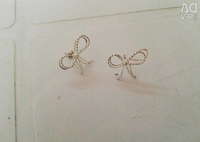 New earrings. Very good quality. They have never been worn.