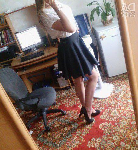 Η φούστα είναι μαύρη. Μαύρα παπούτσια