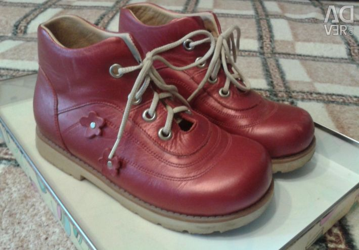 Orthopedic shoes in red, size 30.
