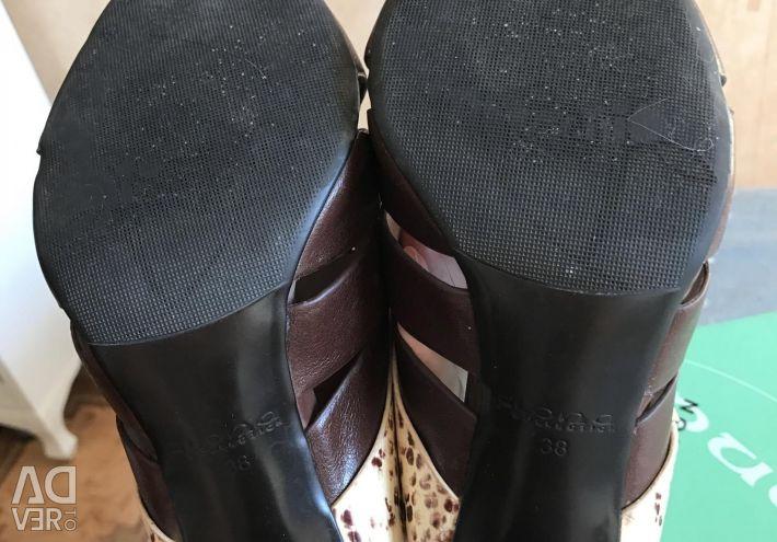 Τα σανδάλια φράζουν το γνήσιο δέρμα