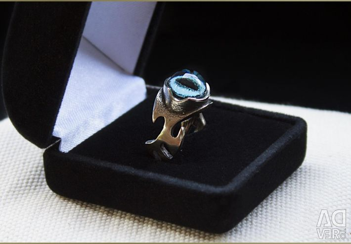 Female ring with the eye of a Siamese cat