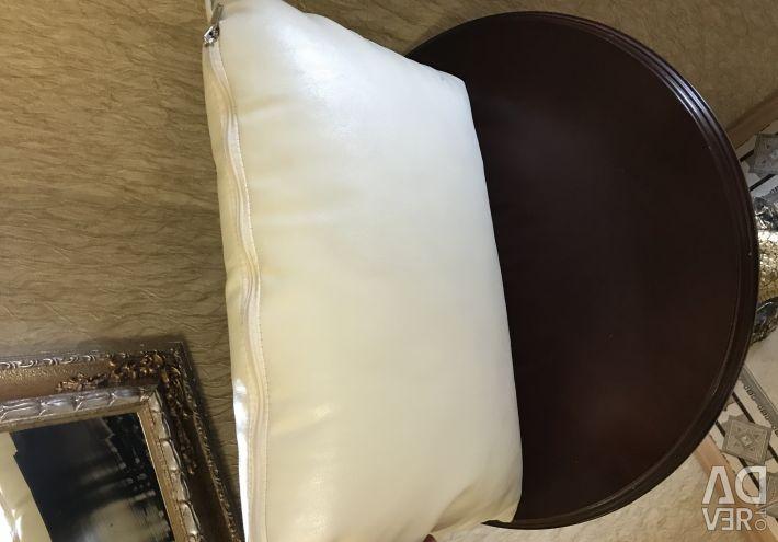 Декоративная кожаная подушка