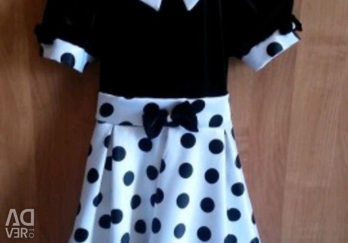 Κομψό φόρεμα. Κορυφαίος μαύρος βελούδο