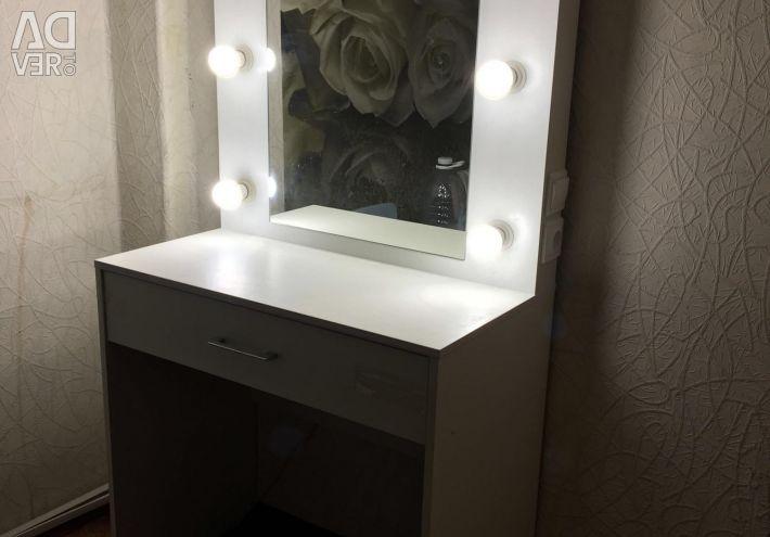 Ayna ve ışık ile yeni masa