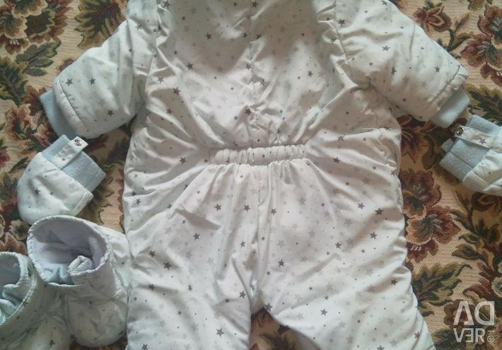 The overalls are children's demi-season