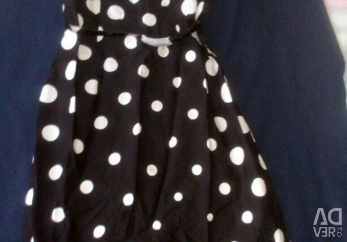 Το φόρεμα είναι κομψό, νέο.